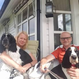 Lykke (til venstre) og Helma sammen med Anne Helen og Rune